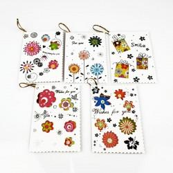 Assortiment de 50 étiquettes cadeaux fleurs avec inscription - 7472