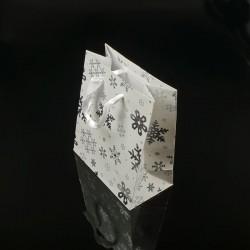 12 petits sacs cadeaux blancs motifs flocons de neige 14.5x11.5x6.5cm - 7518